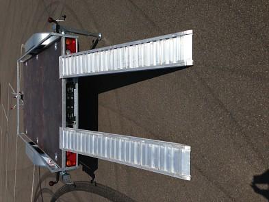 Přívěs UNK přepravník strojů 1500x3000mm 2700kg plato, ALU nájezdy, reling pro přepravu strojů , bagrů , zahradní techtiky atd.