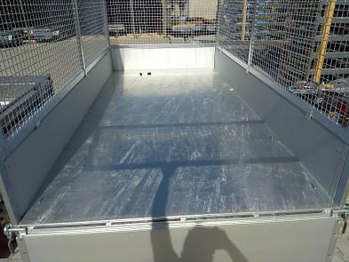 ložná přívěsu sklopného přívěsu, plechová podlaha, mřížová nástavba