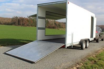 Skříňový přívěs s rampou, boční klapkou a dveřmi 2700kg