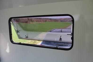 Přední okno u skříňového přívěsného vozíku