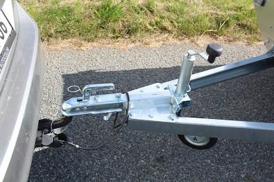 řívěs Faro Magicus 263x150x35 750kg přívěsný kloub SPP , opěrné kolečko na středním svařenci zabraňuje vyvrácení tažné oje při nadměrném přetížení přívěsu na přední část