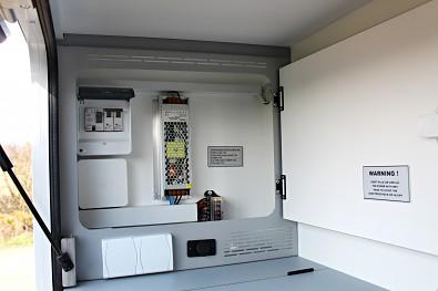 Pojistková skříň karavanu Tomplan v prostoru kuchyně.