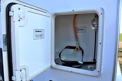 Úložný prostor pro plynovou bombu u minikaravanu TOMPLAN