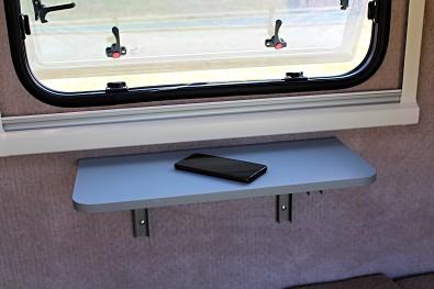 Sklápěcí stoleček v minikaravanu Tomplan od Tanatechu.