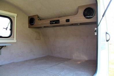 Spací prostor je vybaven příjemným polstrováním - čalouněním, rádiem, osvětlením, zásuvkou na elektřinu a USB zásuvkou.