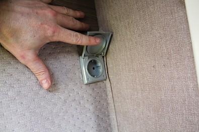 Minikaravan je vybven rádiem, osvětlením, usb zásuvkou a zásuvkou na elektřinu.