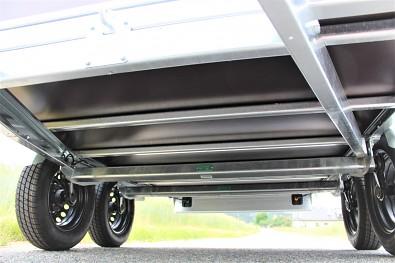 Dvounápravový přívěs lider má 7 výztuh ložné plochy a svařovaný rám podvozku.