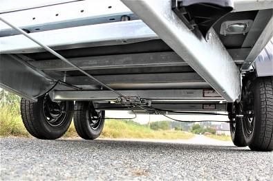 Masivní podvozek přívěsu Zaslaw 265TH, brzděný přívěs, celková nosnost 2000kg, oddělávací bočnice, plato