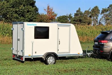 Skříňový nebrzděný přívěs k využití jako minikaravan - Tomplan TFS 320S.0o, boční dveře, okno, střešní okno