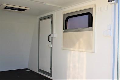 Přívěs skříňový Tomplan TFS 320S.00 320x150x150 750kg okna+dveře od Tanatech - boční dveře a boční okno. Na fotografii s roletou a sítí proti hmyzu (příplatková výbava)