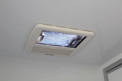 Přívěs skříňový Tomplan TFS 320S.00 320x150x150 750kg okna+dveře od Tanatech - střešní okno se sítí proti hmyzu a roletkou (základní výbava)