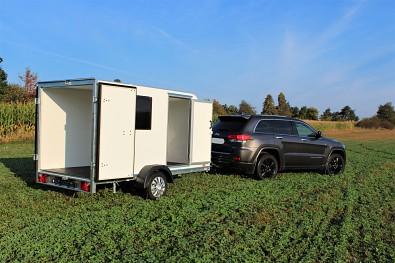 Malý nebrzděný skříňový přívěs od Tanatech s úpravou minikaravan, Tomplan TFS 320S.00 320x150x150 750kg