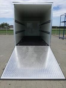 Zadní nájezdová rampa u skříňového přívěsu Tomplan