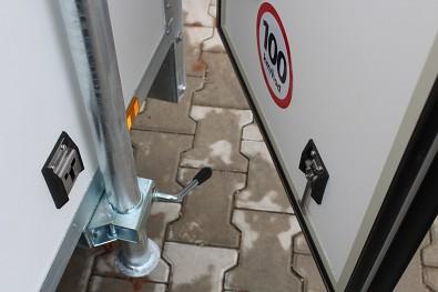 Fixace zadních dveří při otevření na skříňovém přívěsu